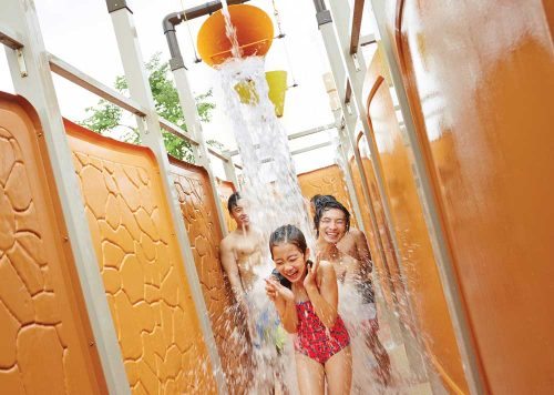 adventure-cove-waterpark-wet-maze-bucket