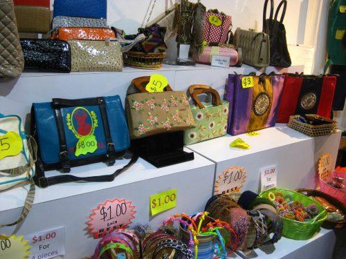 Mall Yang Berlokasi Di Orchad Road Lucky Plaza Bukan Hanya Tempat Untuk Berbelanja Souvenir Dan Makanan Ringan Sini Juga Menjual Pakaian Perhiasan